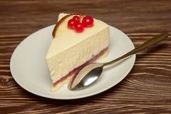 Pastel de queso con las pasas rojas Imagen de archivo