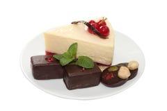 Pastel de queso con los caramelos de chocolate y la hoja de la menta fotografía de archivo libre de regalías