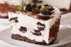 Pastel de queso con los pedazos de galletas del chocolate macras horizontal Foto de archivo