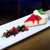 Pastel de queso con rematar salvaje de las bayas Fotografía de archivo libre de regalías