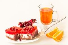 Pastel de queso con una taza de té y de fruta Imagen de archivo libre de regalías