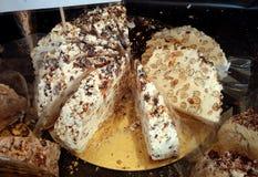 Pastel de queso cortado con las nueces Imagenes de archivo