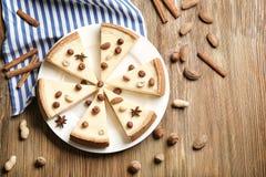 Pastel de queso cortado delicioso con las nueces fotos de archivo libres de regalías