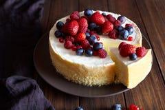 Pastel de queso cremoso del mascarpone con las bayas de la fresa y del invierno Pastel de queso de Nueva York de la Navidad Ració imagenes de archivo