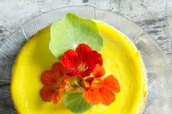 Pastel de queso de la calabaza adornado con las flores frescas Foto de archivo