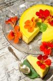 Pastel de queso de la calabaza adornado con las flores frescas. Formato vertical Fotos de archivo