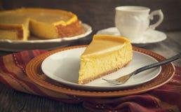 Pastel de queso de la calabaza con caramelo Foto de archivo libre de regalías