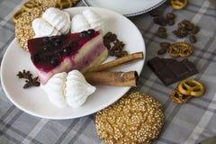 Pastel de queso de la cereza con las galletas 13 Imagenes de archivo