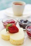 Pastel de queso de la dimensión de una variable del corazón y variedad de salsas Imágenes de archivo libres de regalías