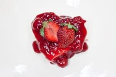 Pastel de queso de la fresa - dimensión de una variable del corazón Fotografía de archivo libre de regalías