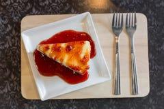 Pastel de queso de la fresa en la bandeja de madera Foto de archivo libre de regalías