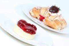 Pastel de queso de la fresa y croissant llenado nata Imagenes de archivo
