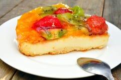 Pastel de queso de la fruta y de la baya fotos de archivo libres de regalías