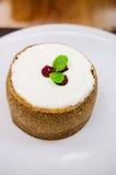 Pastel de queso de la vainilla con las frambuesas Fotos de archivo libres de regalías
