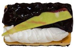 Pastel de queso del arándano aislado en el fondo blanco Imagenes de archivo