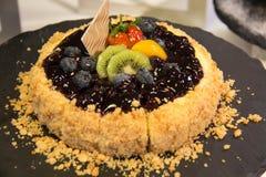 Pastel de queso del arándano con la fruta fotografía de archivo libre de regalías