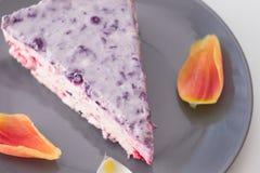 Pastel de queso del arándano en la placa azul Fotos de archivo libres de regalías