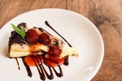 Pastel de queso del brownie del chocolate con la fruta de la cereza Imagen de archivo