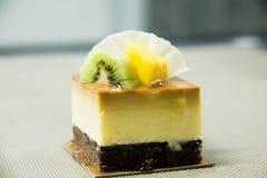 Pastel de queso del caramelo con la fruta fresca Imágenes de archivo libres de regalías