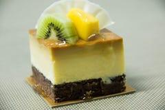 Pastel de queso del caramelo con la fruta fresca Fotografía de archivo libre de regalías
