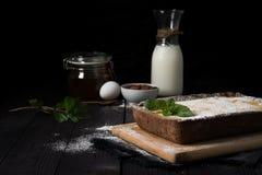 Pastel de queso del chocolate con el relleno de la vainilla imagen de archivo libre de regalías