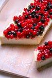 Pastel de queso del postre con los redberries y los arándanos en polvo del tablero de madera y del azúcar Cierre para arriba Visi Imágenes de archivo libres de regalías
