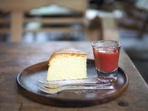 Pastel de queso delicioso con las fresas foto de archivo