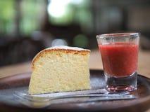 Pastel de queso delicioso con las fresas fotos de archivo libres de regalías