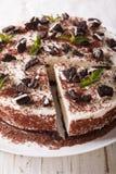 Pastel de queso dulce con los pedazos del primer de las galletas del chocolate ver Imagen de archivo libre de regalías