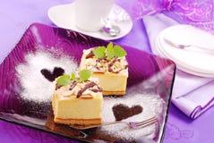 Pastel de queso en la placa púrpura Imagen de archivo libre de regalías