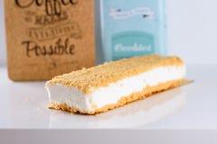 Pastel de queso en la tabla blanca foto de archivo