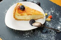 Pastel de queso en una placa foto de archivo libre de regalías