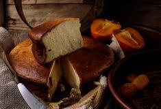 Pastel de queso hecho en casa con la fruta fotografía de archivo