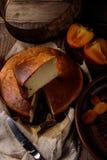 Pastel de queso hecho en casa con la fruta Imagen de archivo libre de regalías