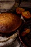 Pastel de queso hecho en casa con la fruta fotos de archivo