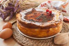 Pastel de queso hecho en casa con la mermelada de fresa fotografía de archivo