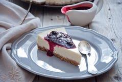 Pastel de queso hecho en casa con la salsa de la baya Imagen de archivo