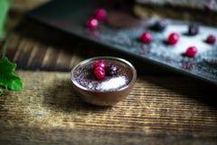 Pastel de queso hecho en casa con las bayas y el chocolate frescos imágenes de archivo libres de regalías