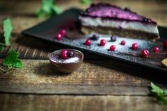Pastel de queso hecho en casa con las bayas y el chocolate frescos fotografía de archivo
