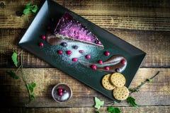 Pastel de queso hecho en casa con las bayas y el chocolate frescos imagen de archivo