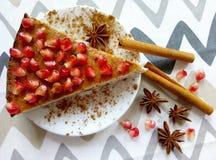 Pastel de queso hecho en casa con los palillos de la granada y de canela y las estrellas de los anis Fotos de archivo
