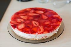 Pastel de queso hecho en casa del verano con las fresas imagen de archivo