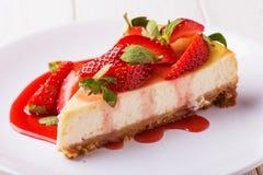 Pastel de queso hecho en casa delicioso con las fresas fotografía de archivo