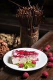 Pastel de queso hecho en casa de la frambuesa con la menta y las bayas fotografía de archivo libre de regalías