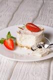 Pastel de queso hecho en casa de la vainilla con las fresas frescas Imagen de archivo
