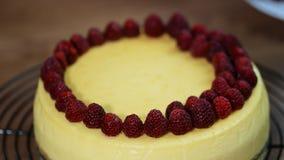 Pastel de queso hecho en casa de Nueva York Adorne la frambuesa de Nueva York del pastel de queso metrajes