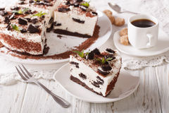 Pastel de queso hermoso del postre con los pedazos de cl de las galletas del chocolate Imagen de archivo libre de regalías