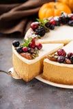 Pastel de queso de la calabaza con el desmoche de la crema agria Imagen de archivo