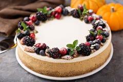 Pastel de queso de la calabaza con el desmoche de la crema agria Fotografía de archivo libre de regalías