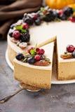 Pastel de queso de la calabaza con el desmoche de la crema agria Imágenes de archivo libres de regalías